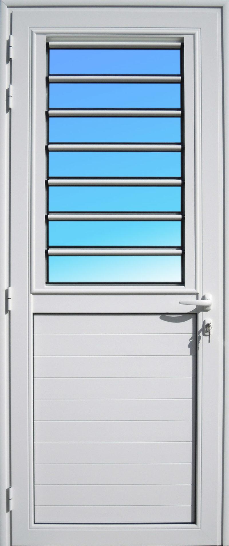 Porte aluminium laqué blanc PE15 ABD FERMETURES de la gamme Alizés, avec jalousie fixe en lames de verre.
