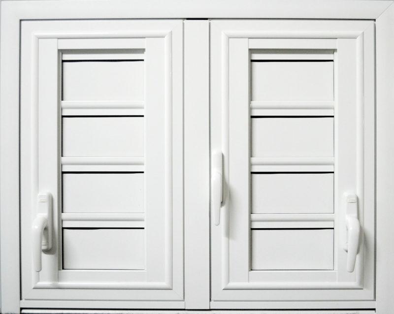 Volet battant ABD FERMETURES en aluminium laqué blanc 2 vantaux avec jalousies 4 lames aluminium et poignées 4 positions. La fermeture des battants par poignée en aluminium .