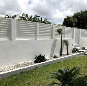 Clôture brise-vue et portillon en aluminium laqué blanc ABD FERMETURES